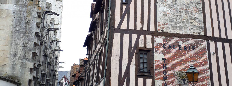 Galerie Théroulde - Arts & Patrimoine    Située dans un des bâtiments les plus anciens de Pont-Audemer, la galerie Théroulde accueille tout au long 1